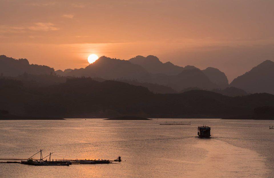 Quảng cảnh Hồ Hòa Bình