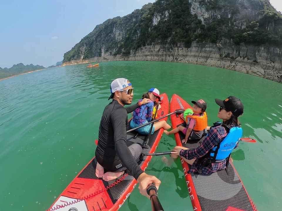 Chèo thuyền SUP hoặc kayak là hoạt động không thể bỏ lỡ khi đi Du lịch Ba Khan