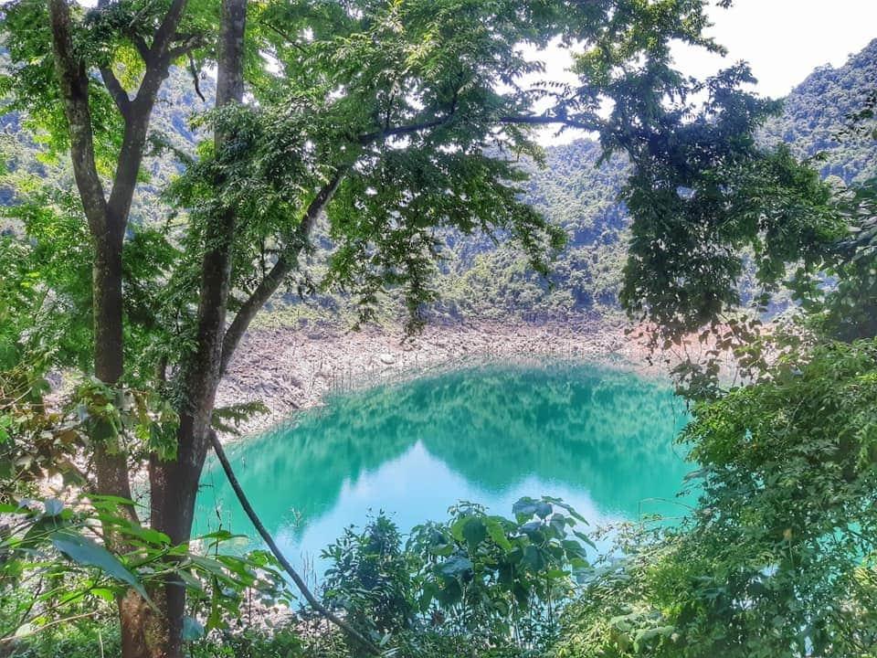 Hồ Tiên nằm lọt trong dãy núi đá vôi tại bản Ngòi