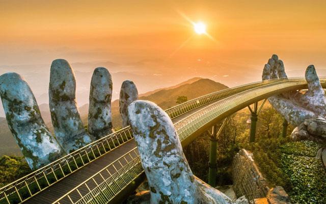 Check in Cầu Vàng khi đi du lịch Đà Nẵng